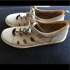 Earth Mulberry  gray slip on sandals size 8.5